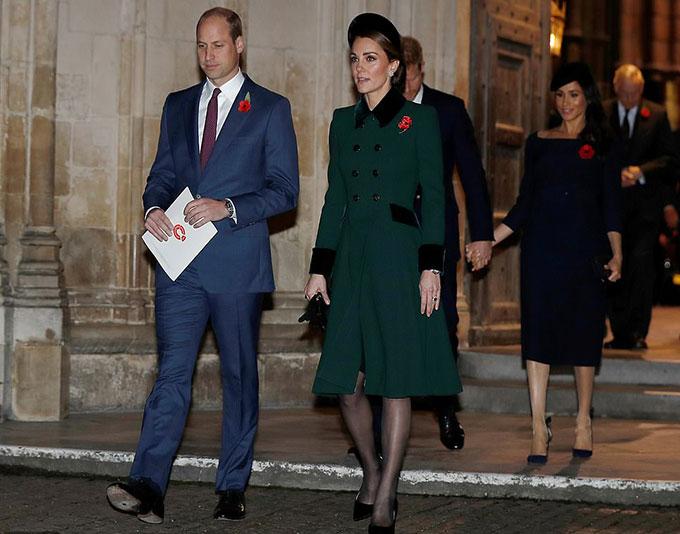 Trong khi đó, Kate chọn đồ trang trọng hơn. Nữ công tước xứ Cambridge mặc lại áo khoác kiểu váy màu xanh lá cây từng mặc trong ngày St Patrick năm 2017. Chiếc áo khoác của Kate cũng đính hai hàng cúc trước ngực nhưng nổi bật hơn nhờ đường viền cổ áo, cánh tay và hai vạt túi được làm từ vải nhung màu đậm.