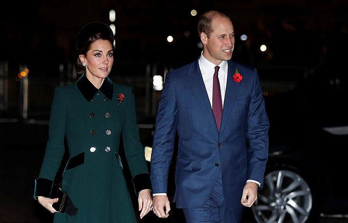 Các Công tước xứ Cambridge và Sussex cũng mặc vest lịch sự. Tuy nhiên, nếu bộ vest màu navy của Harry được khen ton sur ton với Meghan, thì bộ vest màu sáng hơn một chút của William lại được nhận xét không làm tôn được trang phục của Kate.