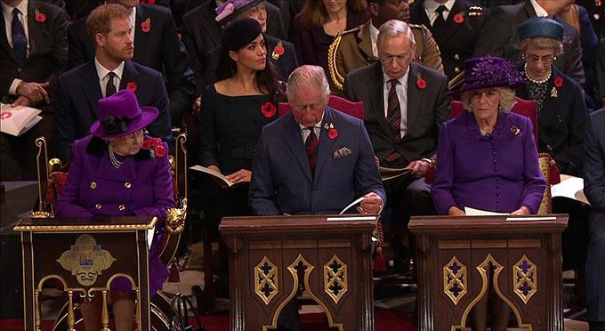 Nữ hoàng và Nữ công tước xứ Cornwall đụng hàng khi cùng diện áo choàng màu tím.