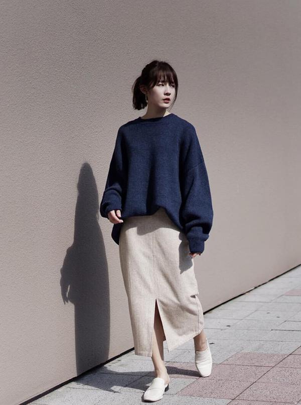 Ngoài phong cách men swear, áo len còn có thể tôn nét nữ tính, dịu dàng cho phái đẹp khi được kết hợp cùng các kiểu chân váy.