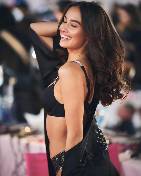 Người đẹp được nhà tuyển dụng của Victorias Secret để ý nhờ thân hình gợi cảm, gương mặt góc cạnh cùng bờ môi dày. Trước khi lên sàn diễn năm nay, cô từng tham gia hai chiến dịch chụp ảnh quảng cáo cho hãng.