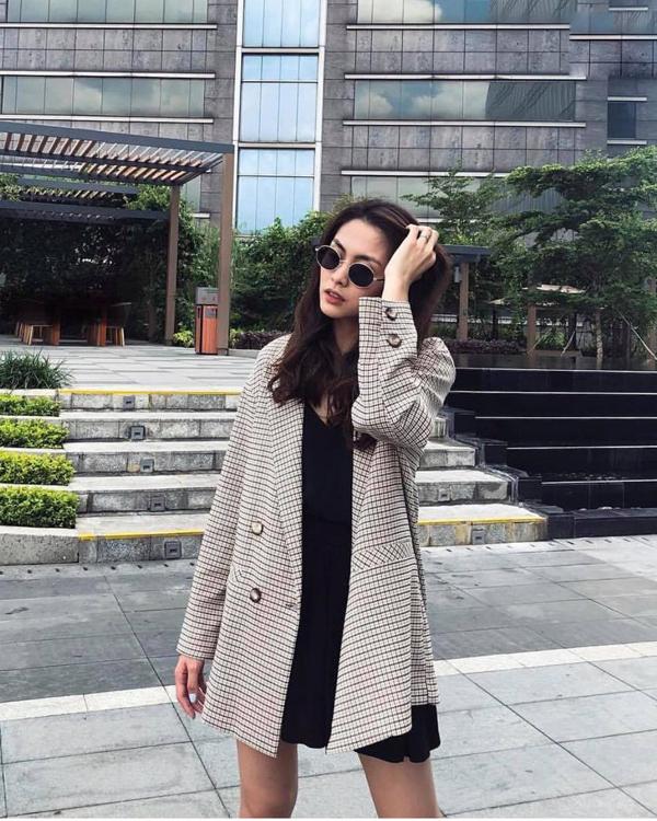 Blazer kẻ sọc ca rô của Tăng Thanh Hà là trang phục dễ áp dụng cho các nàng công sở. Với kiểu áo đơn giản, các nàng có thể phối cùng nhiều trang phục khác nhau và mặc ở nhiều bối cảnh.