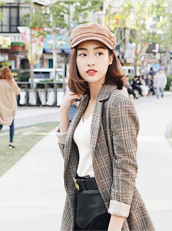Đỗ Mỹ Linh với hình ảnh trẻ trung và sành điệu khi thể hiện khả năng bắt trend không thua kém các ngôi sao sành mặc của showbiz Việt.