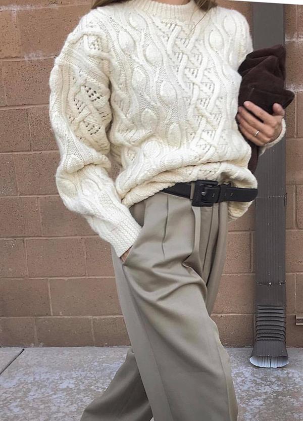 Mặc áo len dáng rộng cùng các kiểu quần âu xếp ly cũng là cách thể hiện nét cá tính khi đến văn phòng.