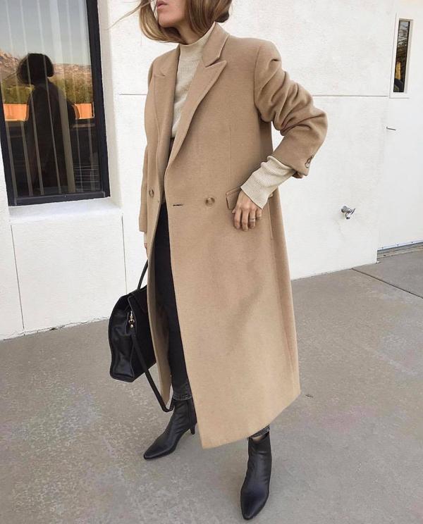 Vào những ngày trở gió, áo ấm trên các chất liệu len và vải dạ trở nên hữu dụng hơn bao giờ hết. Với mẫu áo màu camel thì các nàng không phải suy nghĩ quá nhiều trong việc phối màu phù hợp.