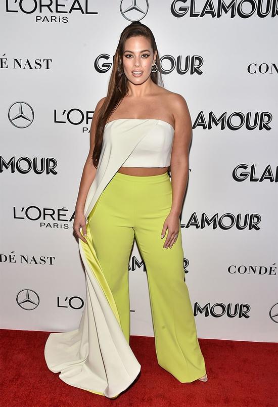 Ashley Graham đến thảm đỏ Glamour Woman Of The Year tối 12/11 với crop-top cách điệu, không cần chiêu dán ngực.