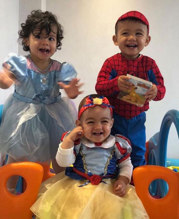 Alana Martina ngồi cùng hai anh chị Mateo và Eva.