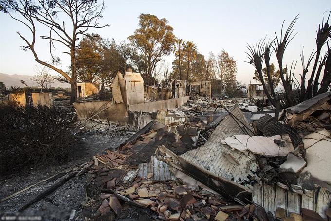 Cảnh tan hoang ở Westlake Village, California sau khi ngọn lửa quét qua hôm 11/11. Ảnh: Backgrid.