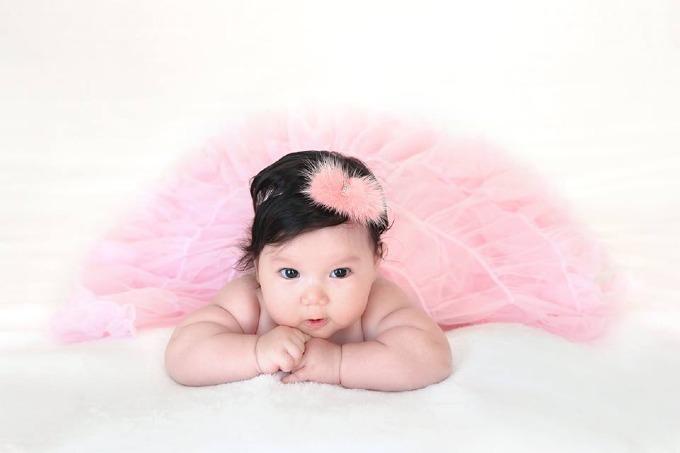 Bé Myla - con gái siêu mẫu Hà Anh mặc váy như công chúa.
