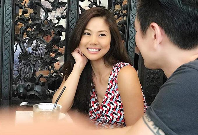 Hồ Lệ Thu bị bắt gặp hẹn hò thân mật với một người đàn ông trong chuyến về thăm Việt Nam, đầu tháng 11.
