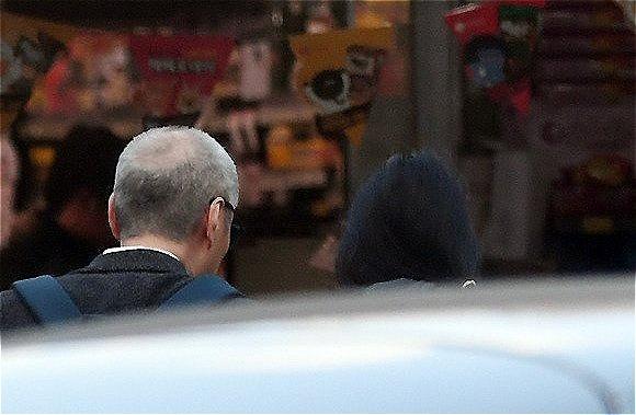 Tờ The Fact ghi lại hình ảnh diễn viên 36 tuổi Kim Min Hee và đạo diễn Hong Sang Soo tay trong tay đi mua sắm tại một cửa hàng thực phẩm thuộc khu Hanam, Gyeonggi-do hôm 9/11.