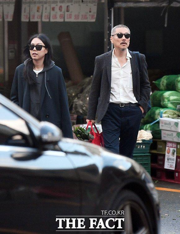 Cặp đôi ra về sau buổi chiều mua sắm. Kim Min Hee để mặt mộc, trông tâm trạng cô rất vui vẻ. Cô và ông Hong Sang Soo hẹn hò với nhau từ năm 2016, bất chấp việc ông Hong đã có vợ con đề huề. Hiện tại, vị đạo diễn được cho là đã đâm đơn ly dị vợ, nhưng thủ tục vẫn chưa hoàn thành do vợ ông không đồng ý chia tay.
