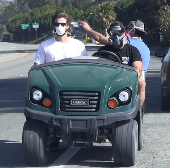 Liam (áo trắng) và anh trai (lái xe) trở về Malibu sau vụ cháy.