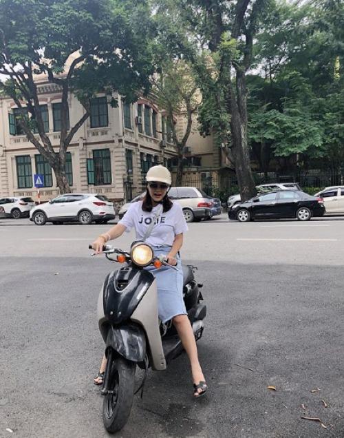 Phạm Quỳnh Anh chạy xe máy dạo phố phường Hà Nội.