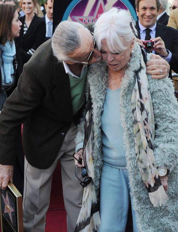Stan Lee hôn vợ tình tứ trong một sự kiện tại Đại Lộ Danh Vọng năm 2011.