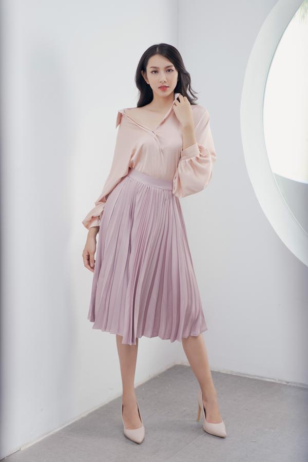 Ngoài các dáng váy liền thân, nhà thiết kế còn giới thiệu các kiểu sơ mi, áo bluse và chân váy rời để phái đẹp thỏa sức mix-match.