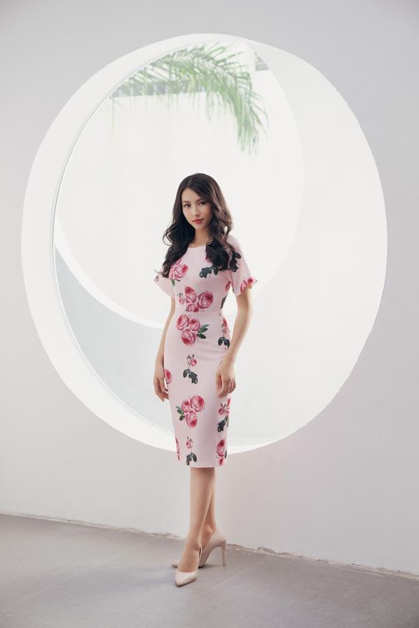 Trong bộ sưu tập mới nhất của mình, Adrian Anh Tuấn tiếp tục lựa chọn họa tiết hoa lá để tạo điểm nhấn cho các mẫu váy mang tính ứng dụng cao.