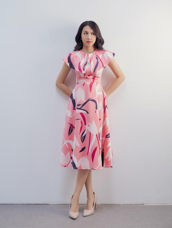 Sắc hồng khói được chọn lựa để tạo nên sợi chỉ xuyên suốt cho toàn bộ sưu tập thu đông của Adrian Anh Tuấn.