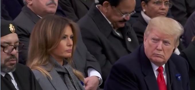 Tổng thống Mỹ nhíu mắt nhìn Vua Mohammed VI của Morocco ngủ gật trong khi Tổng thống Pháp đang phát biểu tại lễ tưởng niệm 100 năm ngày kết thúc Chiến tranh thế giới thứ nhất, ngày 11/11 ở Khải Hoàn Môn, Paris. Ảnh cắt từ video.