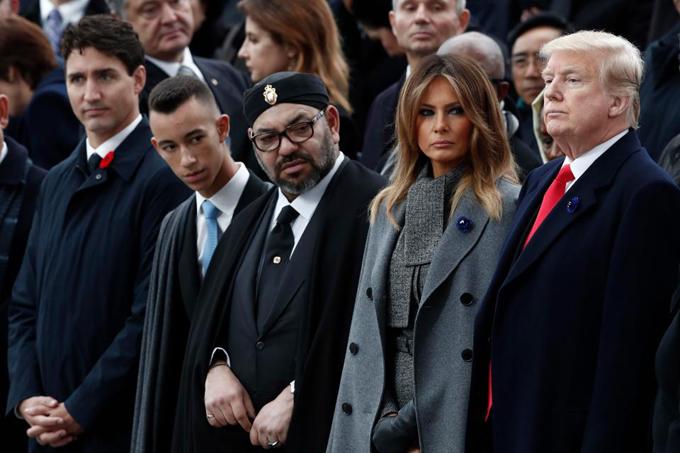 Bà Melania đứng giữa chồng và Vua Morocco trong lễ tưởng niệm Thế chiến I tại Paris sáng 11/11. Ảnh: EPA.