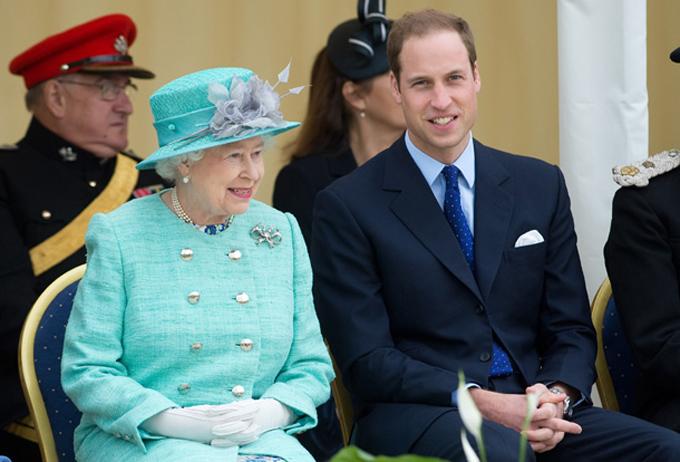 Nữ hoàng và Hoàng tử William - người đứng thứ 2 và thứ 3 trong danh sách được yêu thích nhất hoàng gia - tại một sự kiện năm 2013. Ảnh: UK Press.