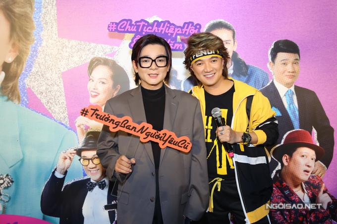 Ca sĩ Vũ Hà cũng mặc trang phục phong cách cổ điển đến ủng hộ sản phẩm mới của bạn thân.
