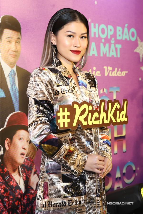 Diễn viên Ngọc Thanh Tâm xuất hiện với bộ váy in họa tiết những tờ báo nước ngoài.