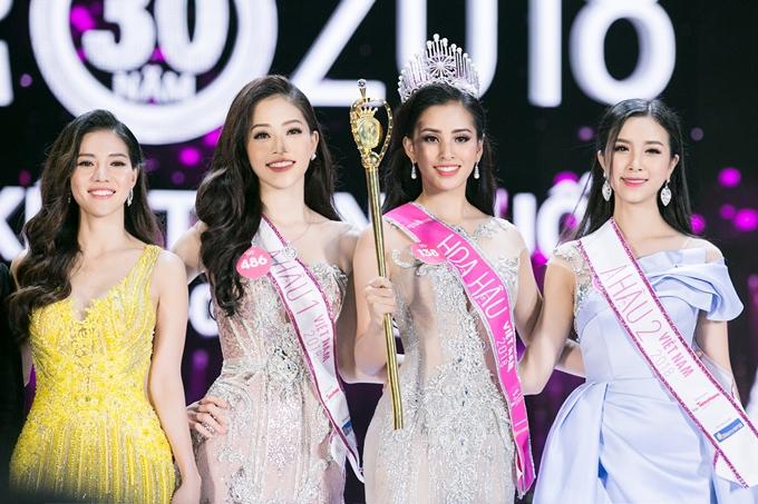 Bà Phạm Kim Dung (trái) bên cạnh top 3 Hoa hậu Việt Nam 2018.