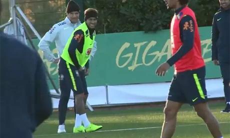 Neymar bị đau chỗ kín sau cú đá của đồng đội
