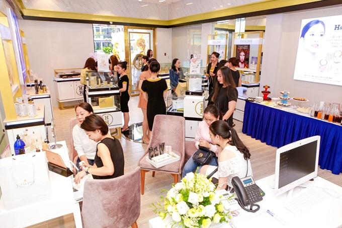 Ngay trong ngày đầu khai trương, H&H Cần Thơ nhận được nhiều sự quan tâm và lượng khách hàng kỷ lục, từ giới trẻ đến những người trong độ tuổi trung niên. Nhiều chị em có mặt từ sớm để đăng ký soi da, phân tích da và trải nghiệm các sản phẩm, dịch vụ làm đẹp.