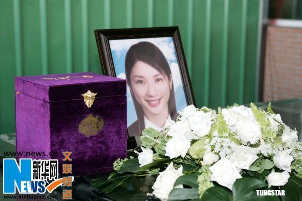 Hứa Vỹ Luân trong tang lễ năm 2007.