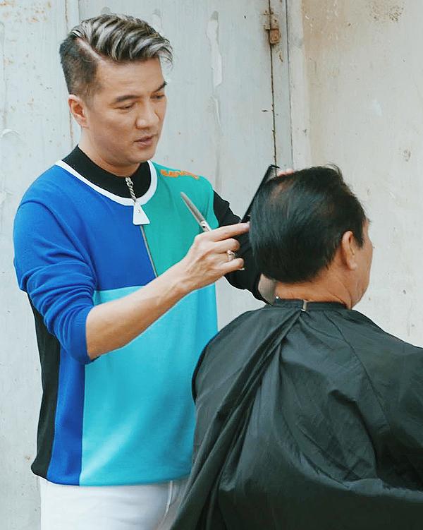Mr Đàm hóa anh thợ cắt tóc bên vỉa hè.