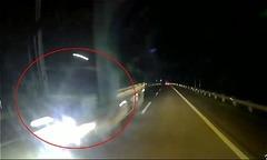 Xe tải phóng vun vút ngược chiều trong đêm trên cao tốc