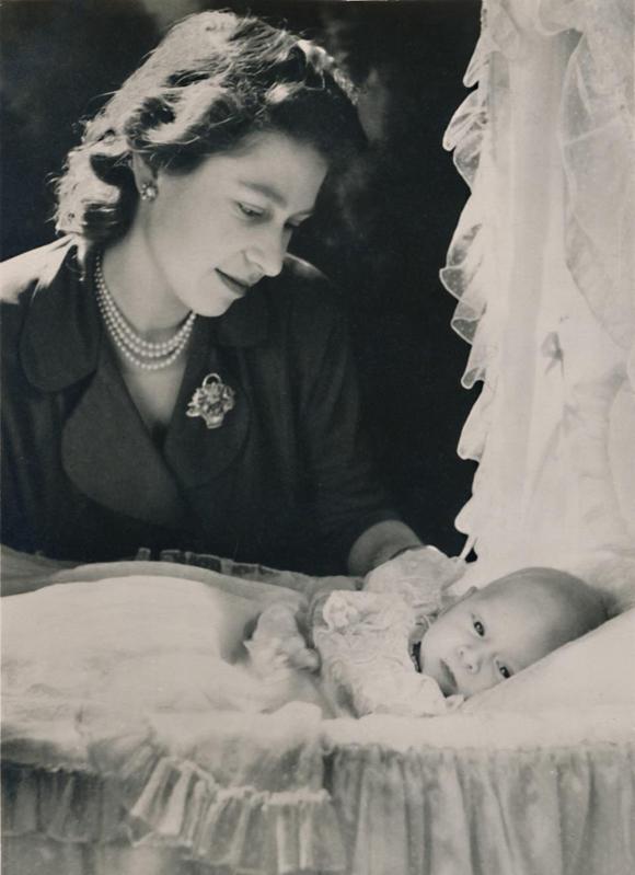Nữ hoàng Elizabeth bên con trai Charles trong lễ rửa tội. Thái tử Charles sinh ngày 14/11/1948 lúc 21h14 tại Điện Buckingham, nặng 3,34 kg. Ảnh: UK Press.
