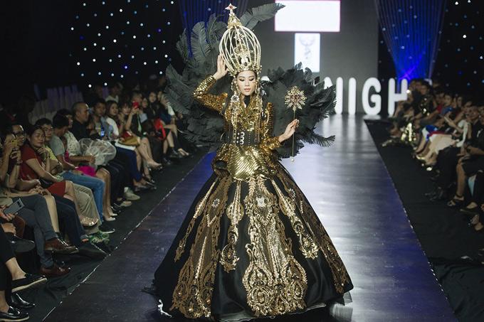 Nam Anh làm vedette trong tiết mục giới thiệu sưu tập Queen dream - Giấc mơ nữ hoàngcủa hai nhà thiết kế Hương Vũ và Micae Vũ. Cô mặc bộ váy ánh kim, thiết kế cầu kỳ, tinh xảo, hóa thân một nữ hoàng quyền lực.