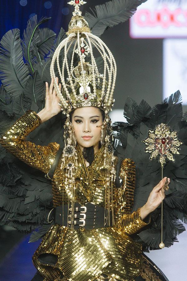 Nữ người mẫu phải tập trung cao độ để không gặp sự cố khi catwalk với bộ cánh đặc biệt.