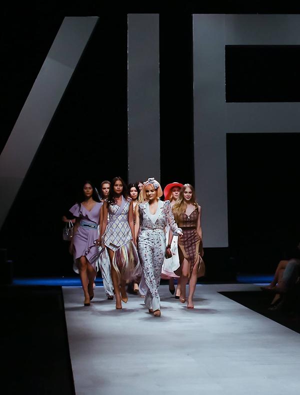 Góp mặt trong đêm diễn tổ chức tối 20/4, Vũ Thu Phương đã mới tới bộ sưu tập mới nhất thuộc thương hiệu thời trang do cô sáng lập.