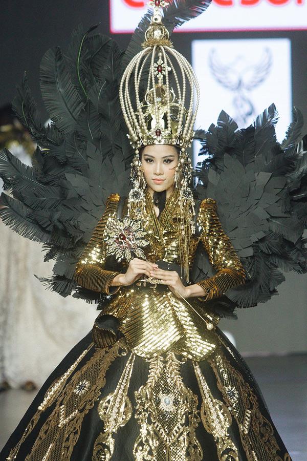 Người đẹp hoàn thành trọn vẹn màn kết show đầyấn tượng.
