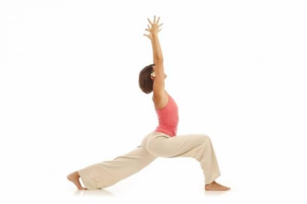Đứng thẳng, tiến một bước dài về phía trước, dồn trọng tâm vào chân trước, hai tay đưa thẳng lên trời, giữ trong 10 giây rồi trở về tư thế chuẩn bị. Lặp lại động tác 20 lần.
