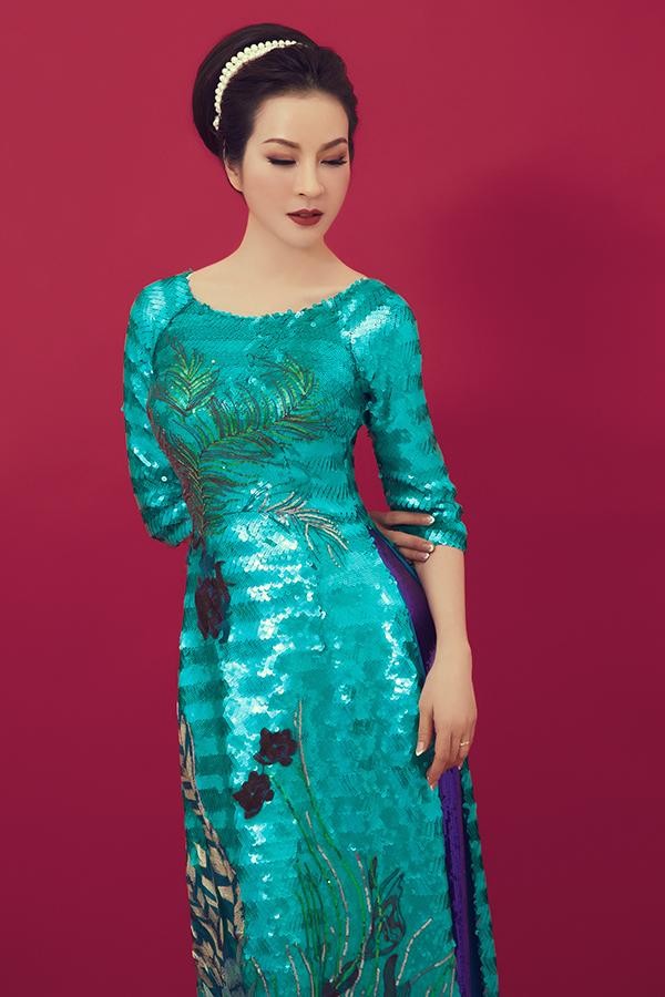 Chất liệu vải bắt sáng cao được sử dụng để mang tới các mẫu áo dài cổ thuyền, cổ trụ hợp mới không khí mùa hè.