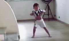 Con trai đồng đội C. Ronaldo bắt chước động tác vén áo khoe bụng