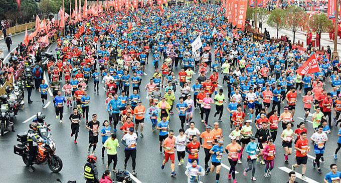 30.000 vận động viên tham gia Nanchang International Marathon hôm 11/11 ở thành phố Nam Xương, Trung Quốc. Ảnh: China News.