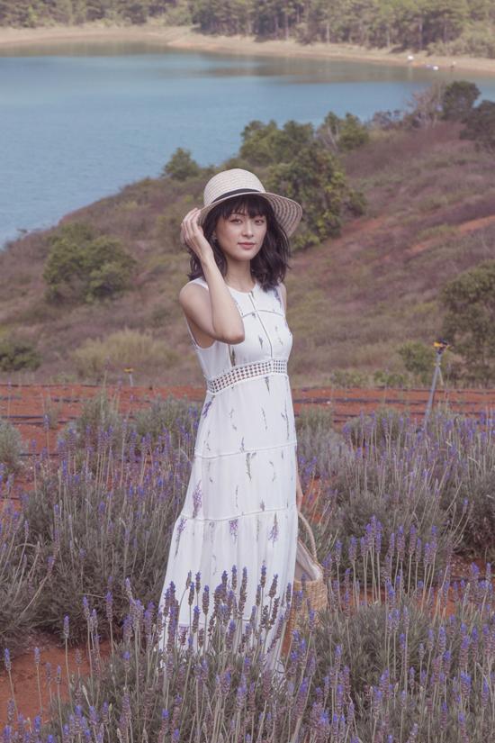Trong bộ ảnh thời trang vừa thực hiện tại Đà Lạt, Hạ Vi khoe vẻ đẹp mong manh với các thiết kế dành cho mùa hè 2018.