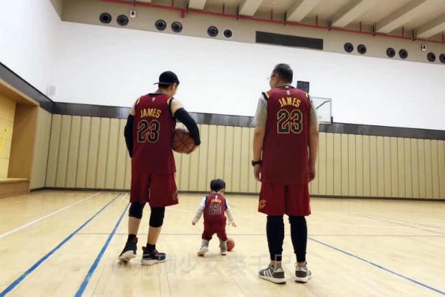 Bố Huỳnh Hiểu Minh (ngoài cùng bên phải) trên sân bóng rổ cùng con và cháu trai.