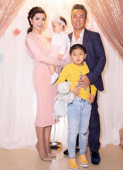Vợ chồng Nguyễn Hồng Nhung và hai con. Con trai lớn 6 tuổi của nữ ca sĩ mắc chứng tự kỷ.