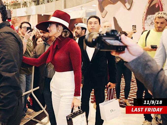 Jennifer Lopez tại trung tâm mua sắm và giải trí Doha Festival City Mall.