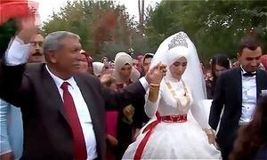 Ông bố mời 3.000 khách, mổ 240 gà tây để cưới vợ cho con