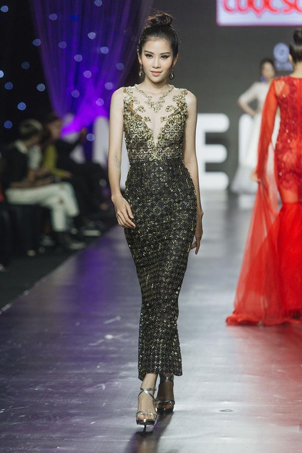 Váy xuyên thấu, bó sát của Jang Jang tôn vóc dáng thon thả, gợi cảmcủa quán quân Người mẫu thời trang Việt Nam 2018.
