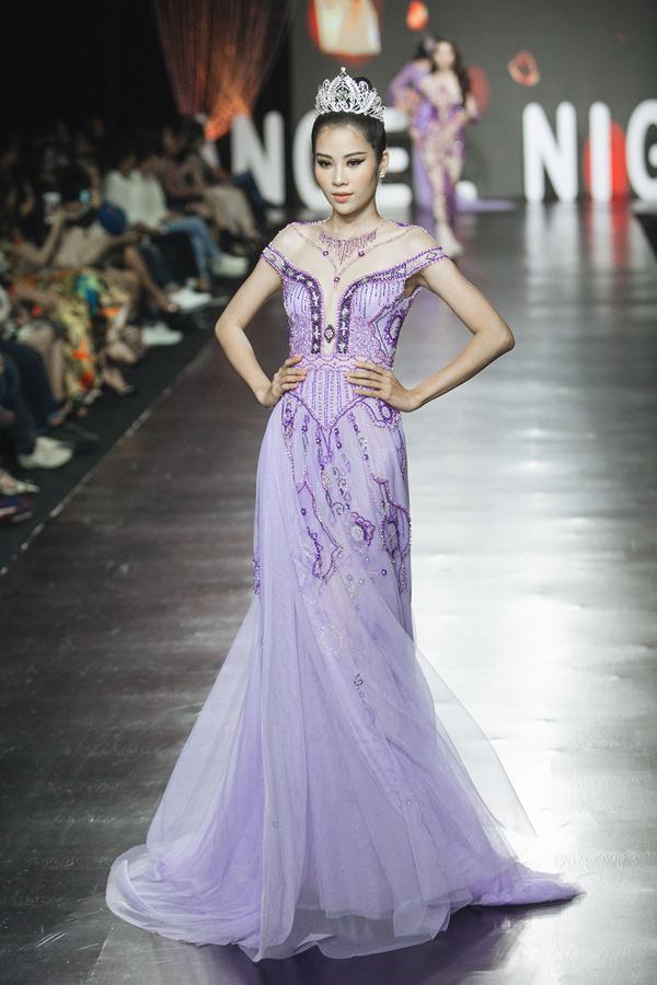 Nam Anh điệu đà như nàng công chúa trong bộ váy dạ hội tím của nhà thiết kế Tài Nguyễn.