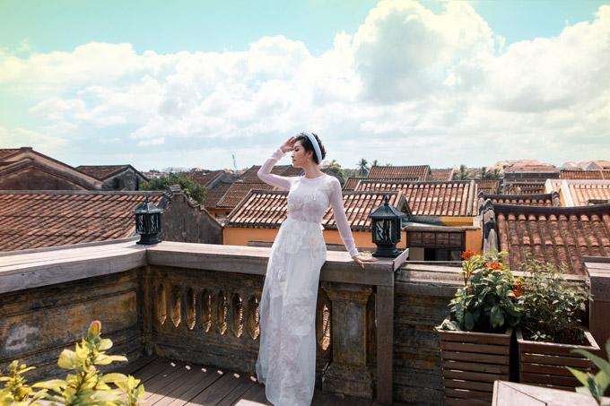 Bộ ảnh được thực hiện với sự hỗ trợ của stylist Tân Đà Lạt, make-up: Trâm Anh, hair: Vũ Quản, trang phục: NTK Thủy Nguyễn.